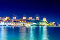 Mykonos port z łodziami i wiatraczkami przy wieczór, Cyclades wyspy obrazy stock