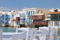 Mykonos poucas Veneza e cadeiras e tabelas fecha-se acima Imagens de Stock Royalty Free