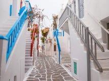 Mykonosstad streetview met treden en blauwe en grijze en rode leuningen, Griekenland stock fotografie