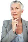 Myśląca kobieta patrzeje daleko od Zdjęcia Royalty Free
