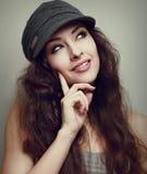 Myśląca nastoletnia dziewczyna w mody nakrętki przyglądający up Obraz Stock