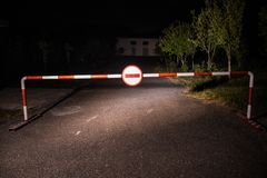 Mylny sposobu pojęcie Bariera z znakiem żadny wejście przy nocą Bariery pozycja na drodze straszny nawiedzający budynek z duchami zdjęcia royalty free