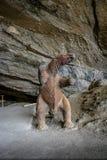 Mylodon pre-historisk jätte- sengångaremodell på ingången av den Milodon grottan - Patagonia, Chile royaltyfri fotografi