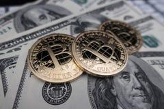 Mynt av bitcoin på dollaranmärkningar Arkivbilder