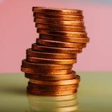 Mynt av eurocent som staplas på tabellen Mynt på en suddig bac Arkivfoto