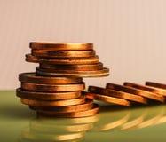 Mynt av eurocent som staplas på tabellen Mynt på en suddig bac Royaltyfri Fotografi