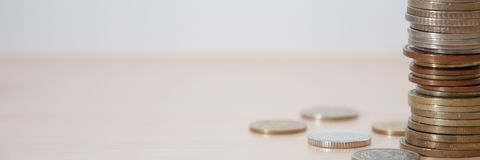 Mynt av olika länder och olika fördelar och färger på tabellen royaltyfri foto