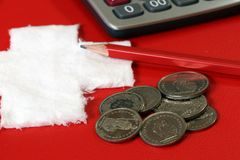 Mynt av Schweiz med räknemaskinen och blyertspennan på det röda PVC-lädret med vit korsar tyg som sätts som en schweizisk nationf Royaltyfria Foton