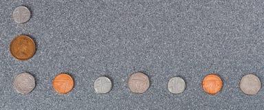 Mynt av Storbritannien av olik värdighet mot bakgrunden av grå granit royaltyfri foto