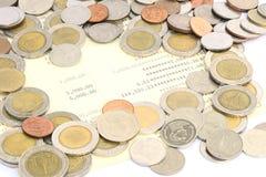 Mynt av Thailand på besparingkontobankbok Arkivbilder
