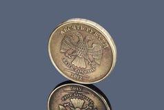 Mynt av tio ryska rubel på mörk bakgrund royaltyfri foto