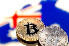 Mynt Bitcoin, mot bakgrunden av Australien och Austren Arkivfoto