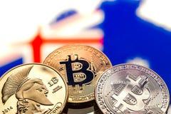 Mynt Bitcoin, mot bakgrunden av Australien och Austren Arkivbild