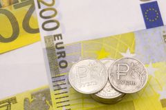 Mynt en rubel och den europeiska valutan: sedlar av fem och femtio euromynt Arkivbild