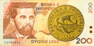 mynt för 20 albanian lek mot sedel för 200 albanian lek royaltyfria bilder