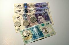 Mynt för brittiskt pund på sedlar för brittiskt pund Royaltyfri Bild