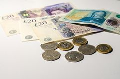 Mynt för brittiskt pund på sedlar för brittiskt pund Royaltyfria Bilder