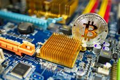 Mynt för BTC Bitcoin på strömkretsbräde Fotografering för Bildbyråer