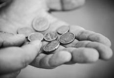 Mynt för eurocent i händerna av den hårda arbetaren Arkivbild
