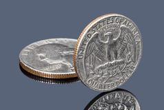 Mynt för fjärdedeldollar på mörk spegelyttersida arkivbilder