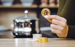 Mynt för handhållbitcoin arkivfoto