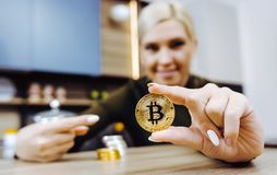 Mynt för handhållbitcoin arkivbild