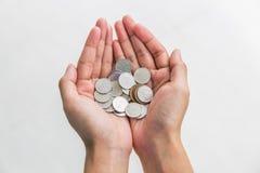 Mynt för japansk yen i kvinnahand på vit Fotografering för Bildbyråer