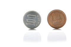 Mynt för japansk yen på vit Arkivfoton