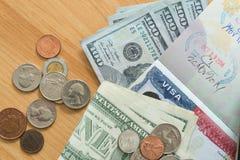 Mynt för räkningar för dollar för USA-visumpass Fotografering för Bildbyråer