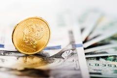 Mynt för rysk rubel på oss dollar Fotografering för Bildbyråer