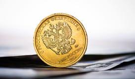 Mynt för rysk rubel på sedlar Royaltyfri Bild