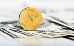 Mynt för ryska rubel på dollar och Arkivbild