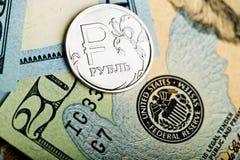Mynt för ryska rubel på sedlar av oss dollar Arkivbild