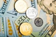 Mynt för ryska rubel på sedlar av oss dollar Arkivbilder