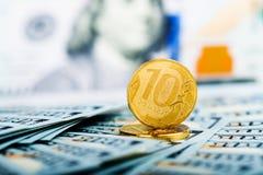Mynt för ryska rubel på sedlar av oss dollar Royaltyfri Bild