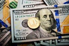 Mynt för ryska rubel på sedlar av oss dollar Royaltyfria Bilder