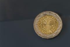Mynt för 2 som EUR utfärdas av Frankrike - frihet, jämställdhet, broderskap arkivbilder