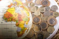 Mynt för turkisk Lira av sidan av ett modelljordklot Arkivbilder