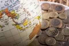 Mynt för turkisk Lira av sidan av ett modelljordklot Royaltyfri Foto