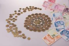Mynt för turkisk Lira formar ett halvmånformig bredvid sedlar Royaltyfria Bilder