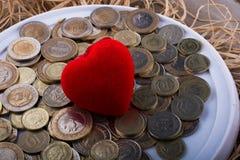 Mynt för turkisk Lira vid sidan av en hjärta för röd färg formade objec Royaltyfri Fotografi