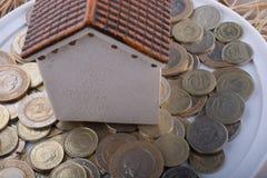 Mynt för turkisk Lira vid sidan av ett modellhus Arkivbild