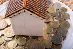 Mynt för turkisk Lira vid sidan av ett modellhus Arkivbilder