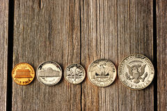 Mynt för USA-cent över träbakgrund Arkivfoto