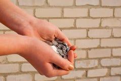 mynt gömma i handflatan full royaltyfria foton