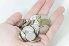 Mynt i behandla som ett barnhanden, pengar i behandla som ett barnhanden, pengar i behandla som ett barn Arkivfoto