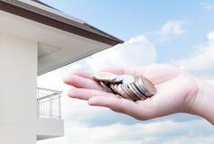 Mynt i besparingar för handpengar och lägenheten, andelslägenhet Arkivfoton