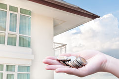 Mynt i besparingar och lägenhet för handpengar Royaltyfri Fotografi
