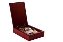 Mynt i en färdig träbrun ask Arkivfoton
