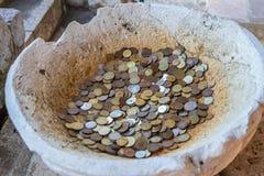 Mynt i en forntida amfora Fotografering för Bildbyråer